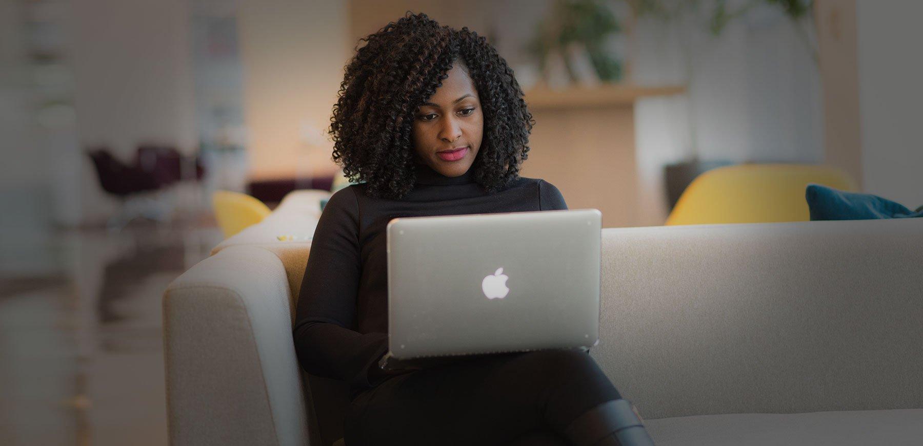 Employee travaillant sur son ordinateur