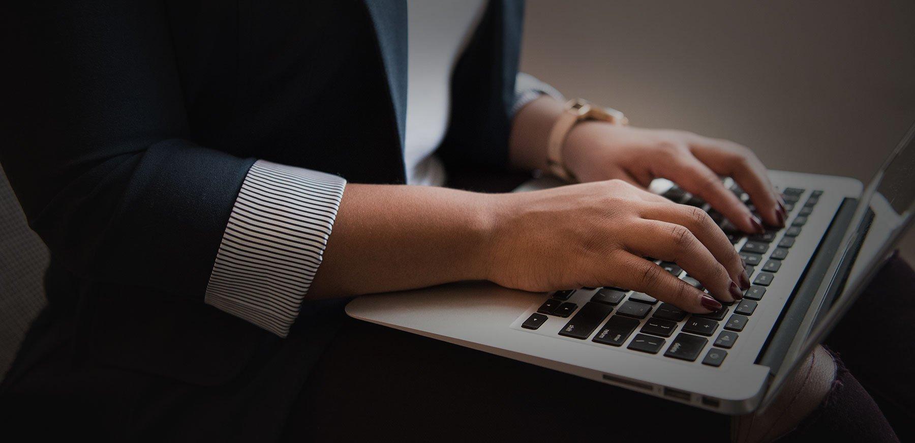 Employe utilisant son ordinateur